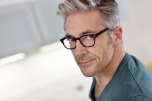 علت سفید شدن مو در جوانی